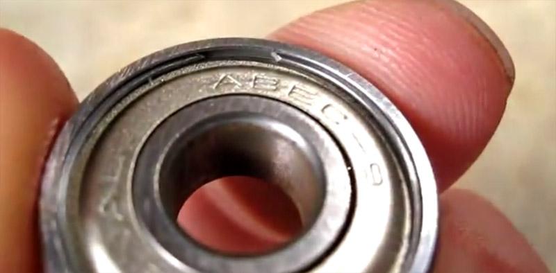 Sopra la scritta abec si intravede l'anello elastico che tiene ferma la schermatura.