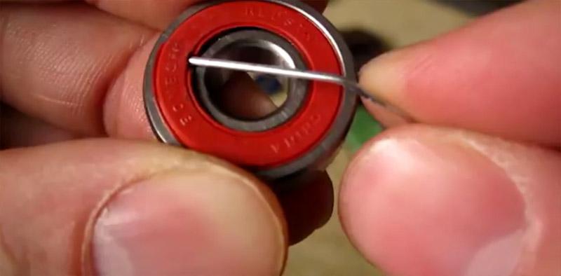 La schermatura removibile va fatta saltare fuori con una punta in metallo