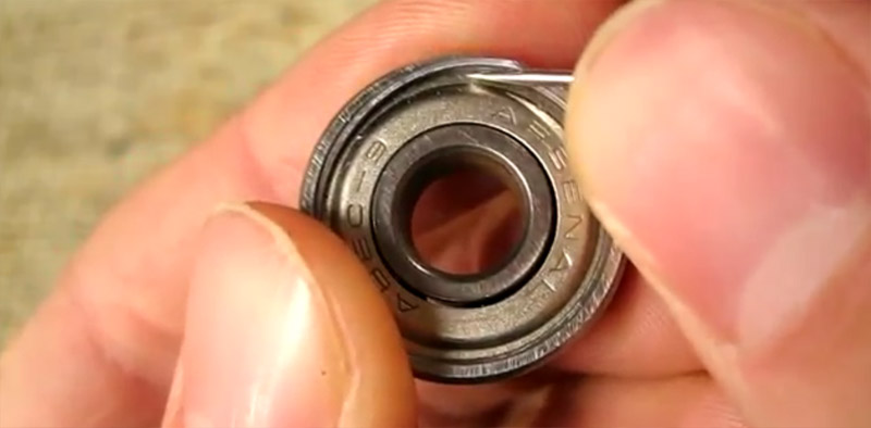 Con una punta affilata fare leva verso l'interno per estrarre l'anello elastico