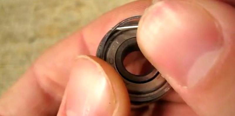 Continuare a sollevare l'anello per tre quarti della circonferenza fino a farlo venire fuori.