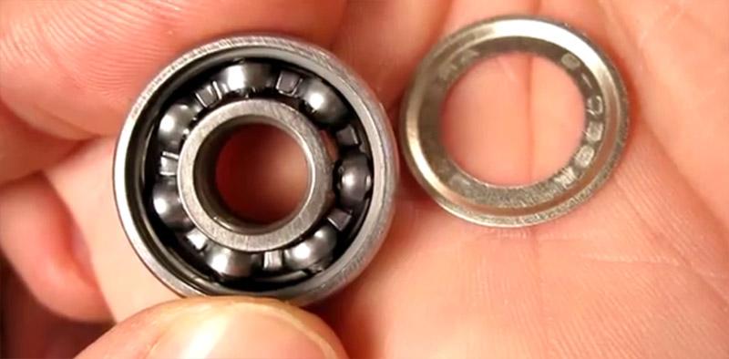 Cuscinetto aperto, all'interno si vede la gabietta inox e le 7 sfere, a destra la schermatura rimossa.